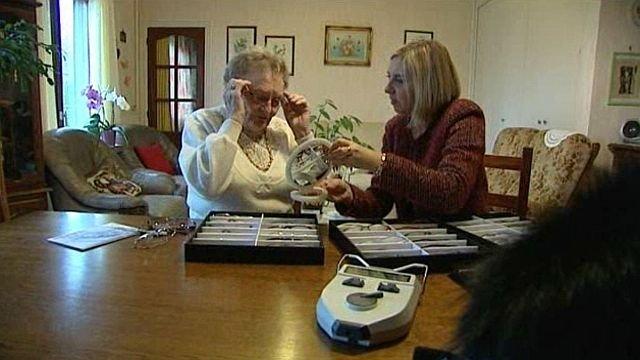 l'opticien à domicile chez une dame âgée