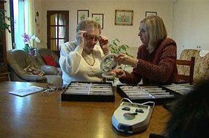 Image de l'opticien au domicile d'une dame âgée
